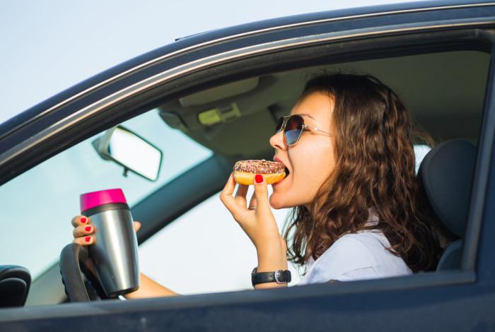 comer enquanto dirige